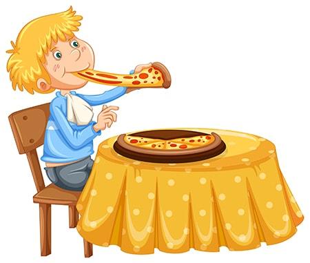 Ребенок ест пиццу